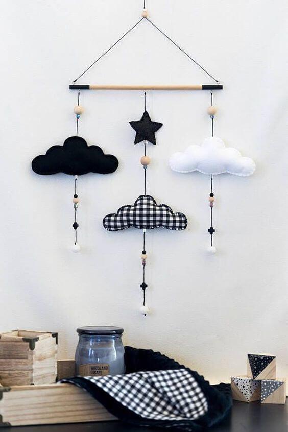 Enfeite de nuvem de feltro preto e branco