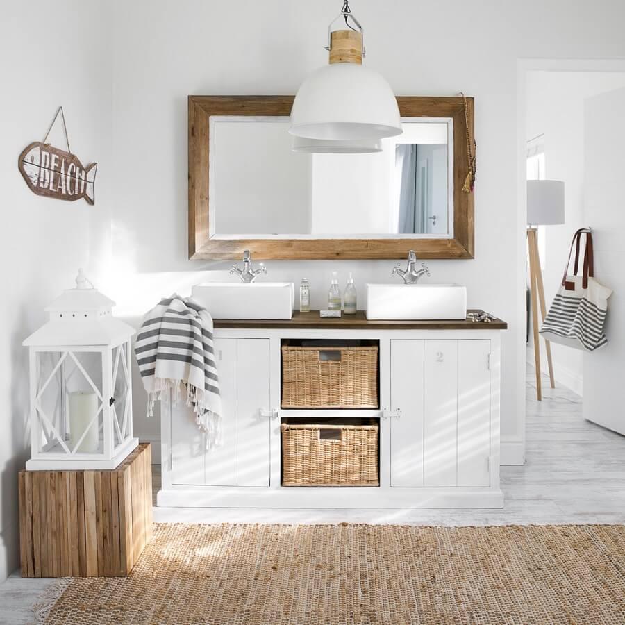espelho rústico para banheiro todo branco com tapete sisal Foto Elle Decor