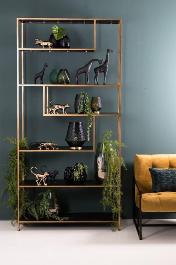 estante estilo industrial com acabamento dourado Foto MiLOME