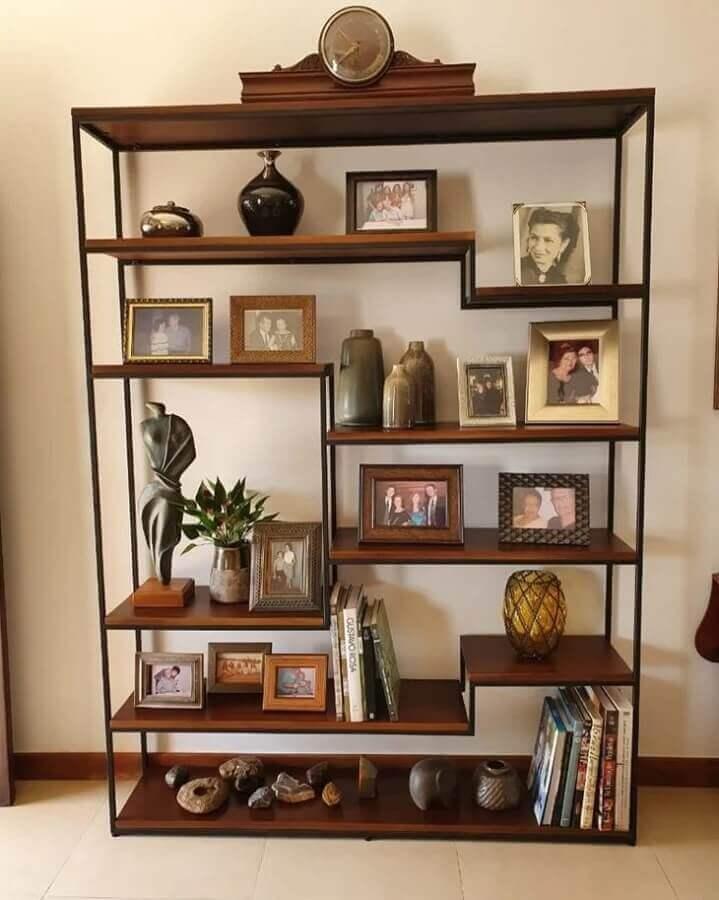 estante estilo industrial decorada com porta retratos Foto Staal Design