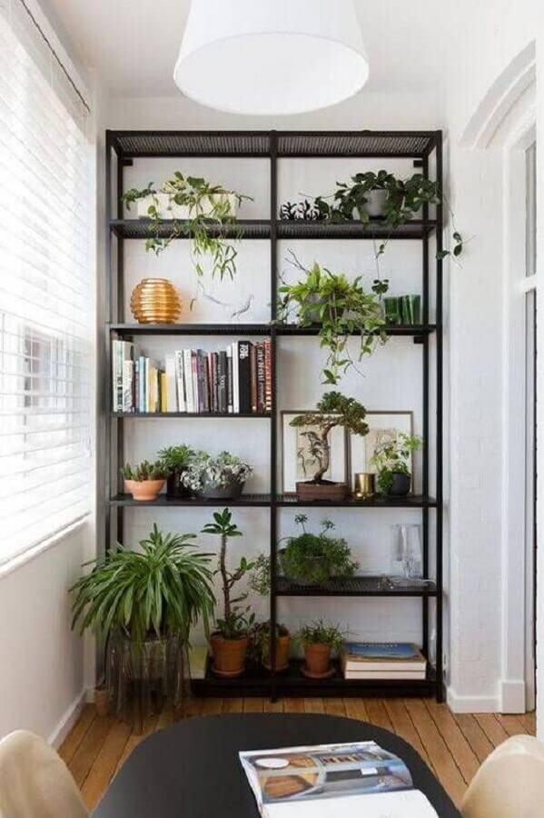estante industrial decorada com livros e vasos de plantas Foto Domino Magazine