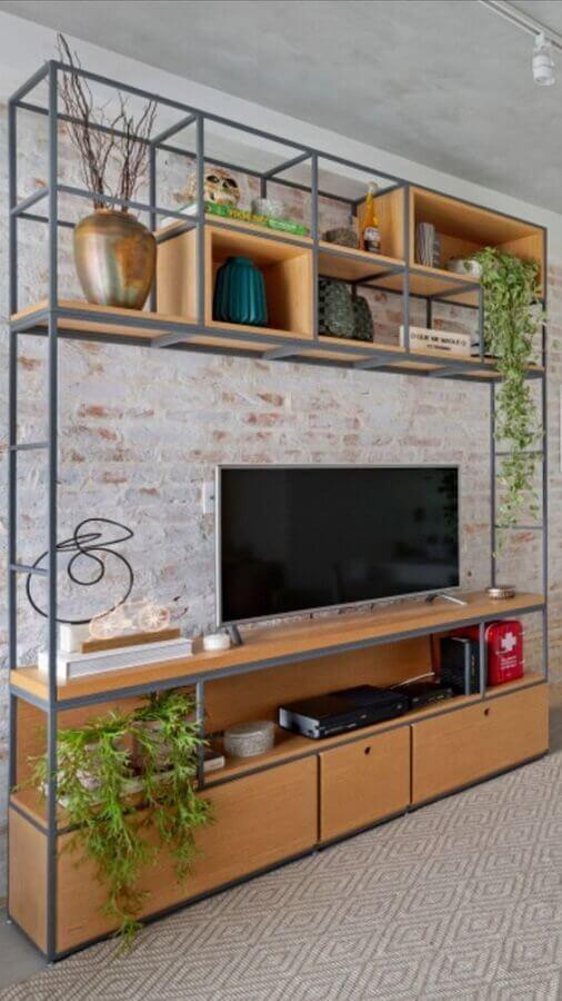 estante industrial ferro e madeira para sala decorada com parede de tijolo à vista Foto Pinterest