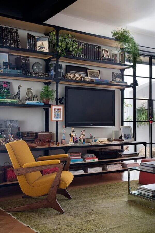 estante industrial para sala de estar decorada com poltrona de madeira Foto Casa de Valentina