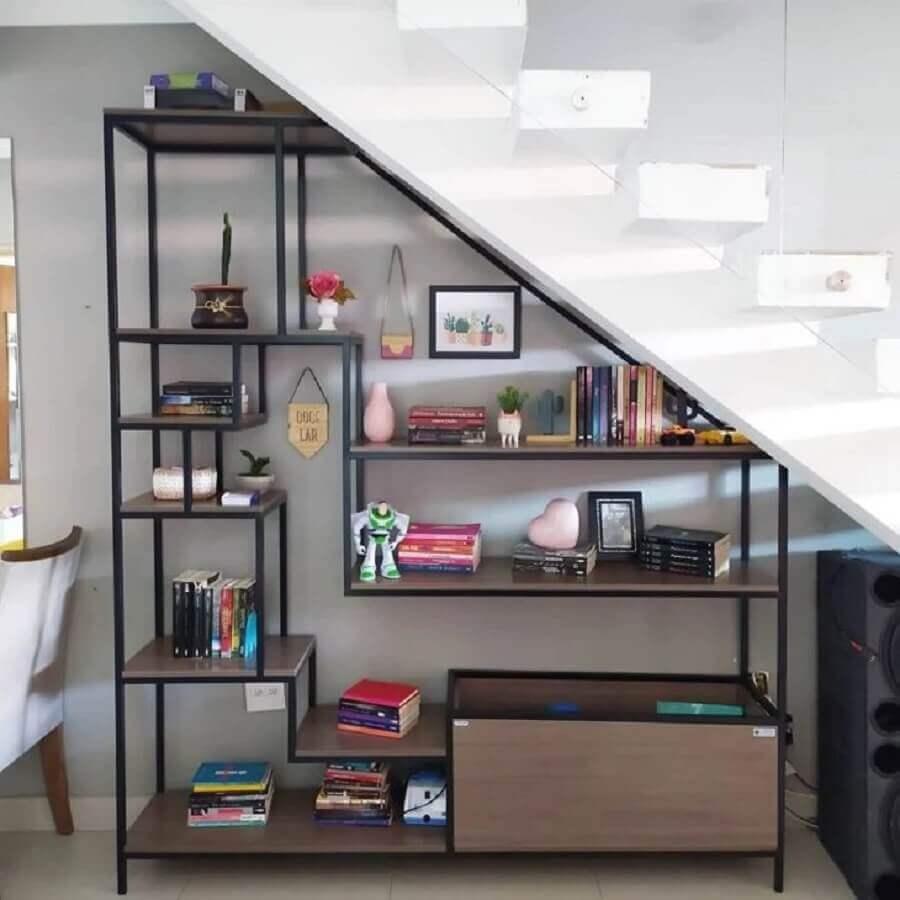 estante industrial planejada para decorar embaixo da escada Foto Casa da Cah