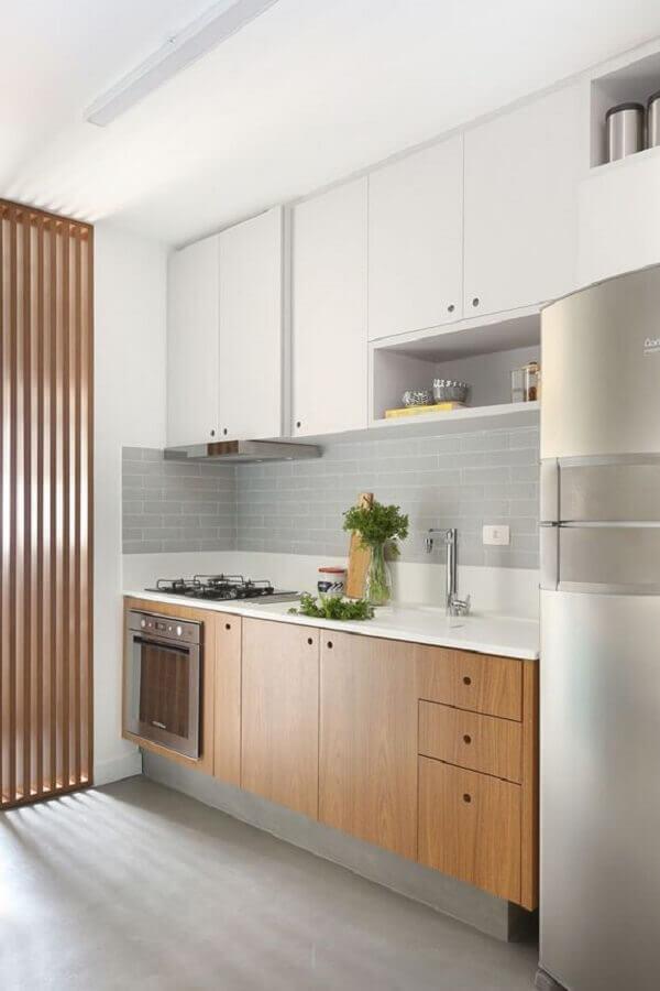 faixa de azulejo para cozinha moderna pequena com armários de madeira e armário aéreo branco Foto Pinterest