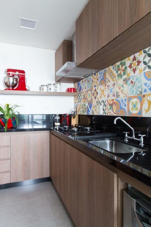 faixa de cerâmica para cozinha planejada com armários de madeira Foto Pé Direto