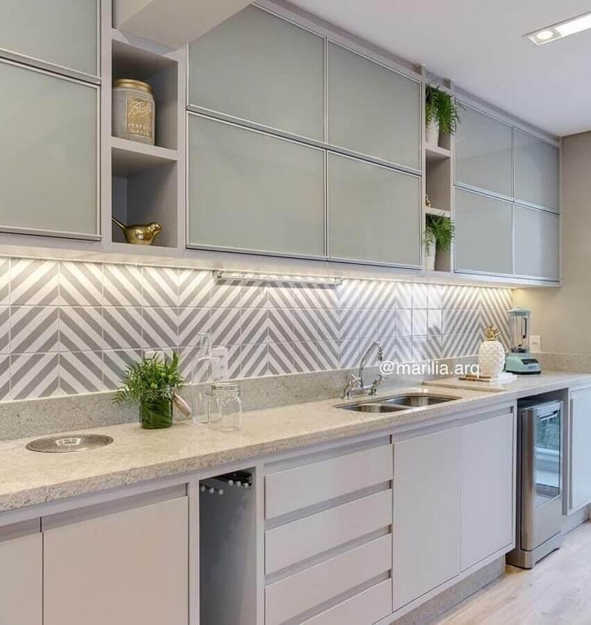 faixa decorativa para cozinha planejada moderna branca e cinza Foto Kris Bristot