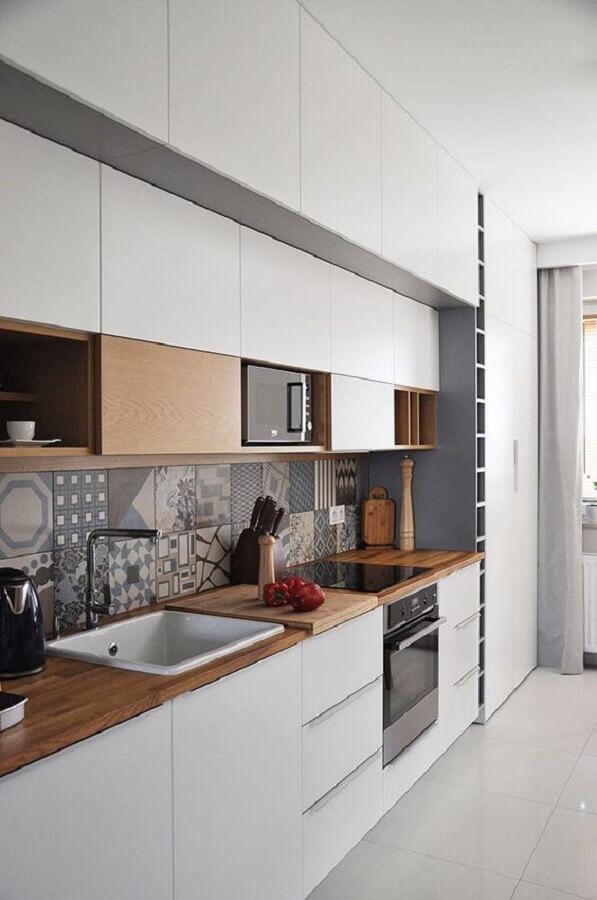 faixa para cozinha moderna com bancada de madeira e armários brancos Foto Pinterest