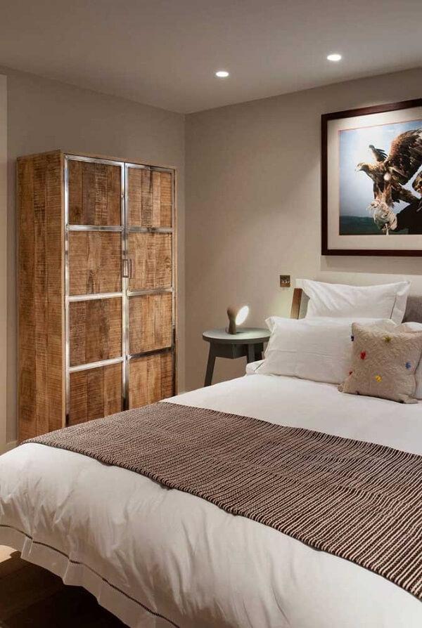 O guarda roupa de pallet casal com acabamento metálico traz um charme especial para o quarto