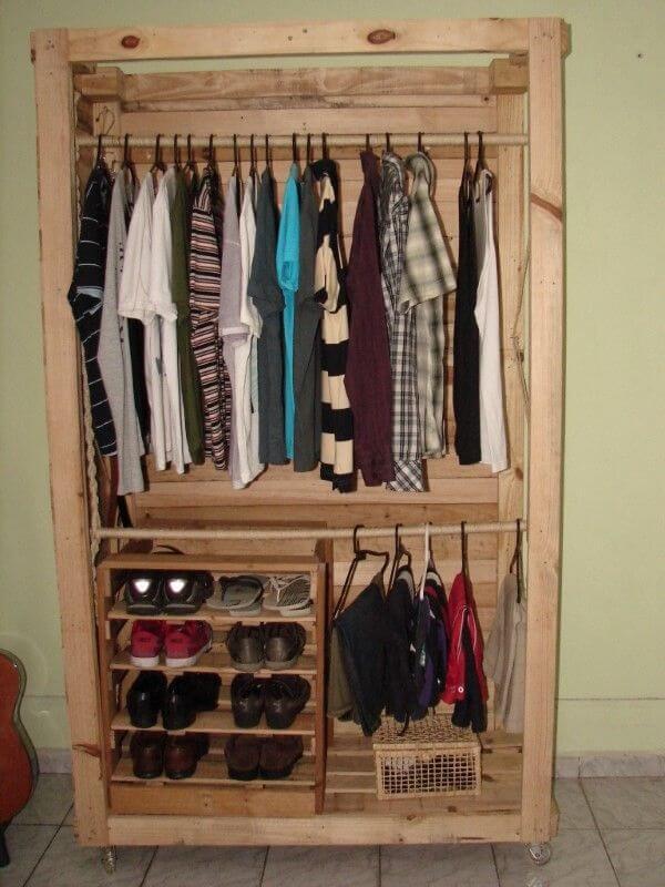 Guarda roupa de pallet pequeno com divisória para sapatos