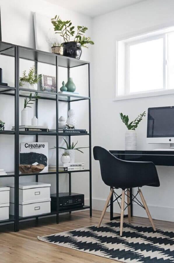 home office decorado com estante industrial preta com prateleiras de vidro Foto Aninha Carvalho