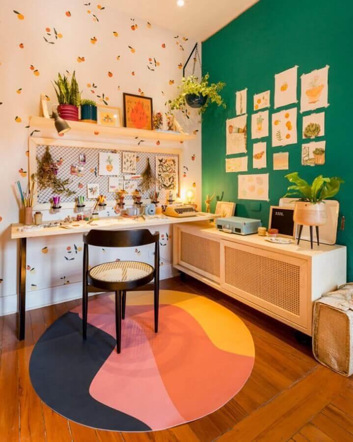 home office simples decorado com tapete redondo colorido e parede verde esmeralda Foto Criss Passos