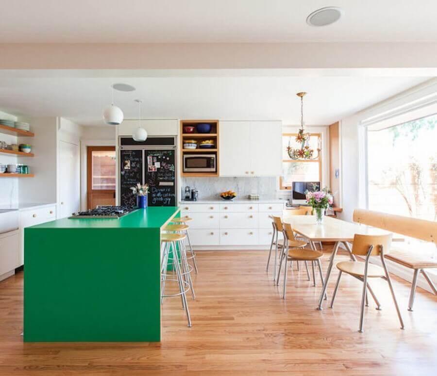 ilha para cozinha verde e branca bem ampla Foto Casa de Valentina