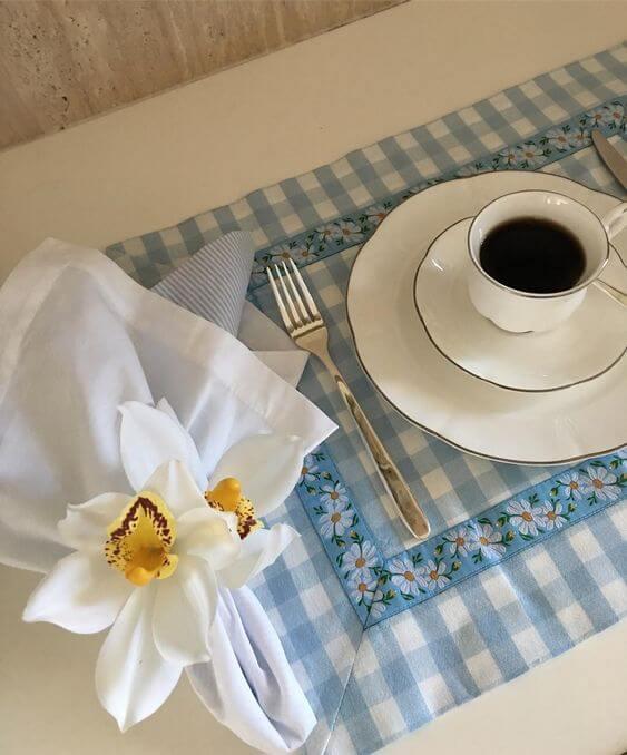 Jogo americano de tecido com porta guardanapo de flor