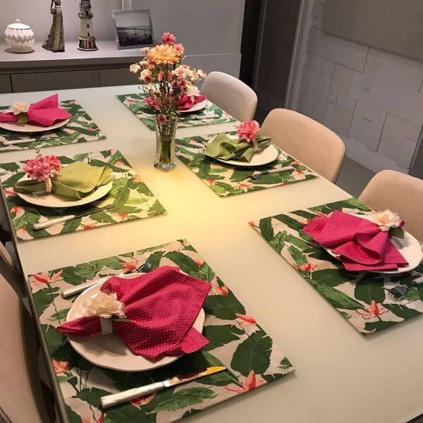 Jogo americano de tecido estampado na mesa de jantar moderna
