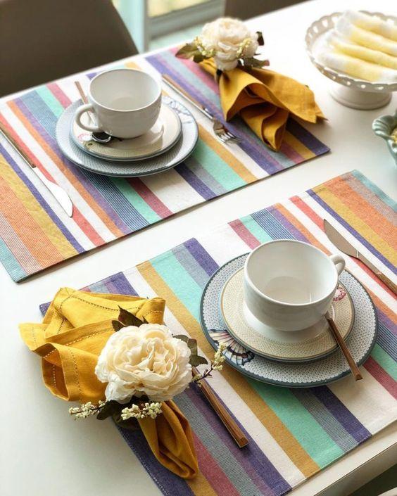 Jogo americano de tecido no café da manhã colorido