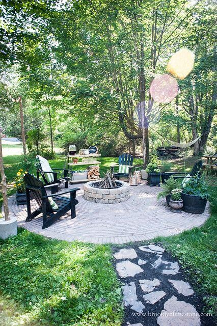 Lareira a lenha no jardim moderno