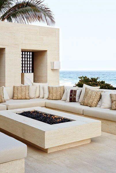 Lareira externa com sofá bege e moderno