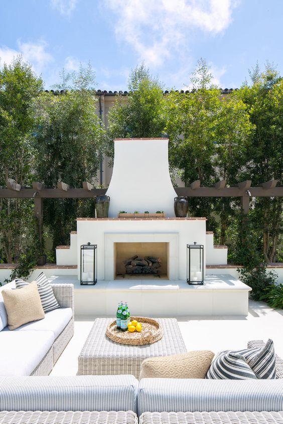 Lareira externa com chaminé no jardim