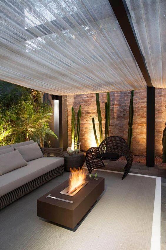 Lareira externa da casa moderna coberta no pergolado
