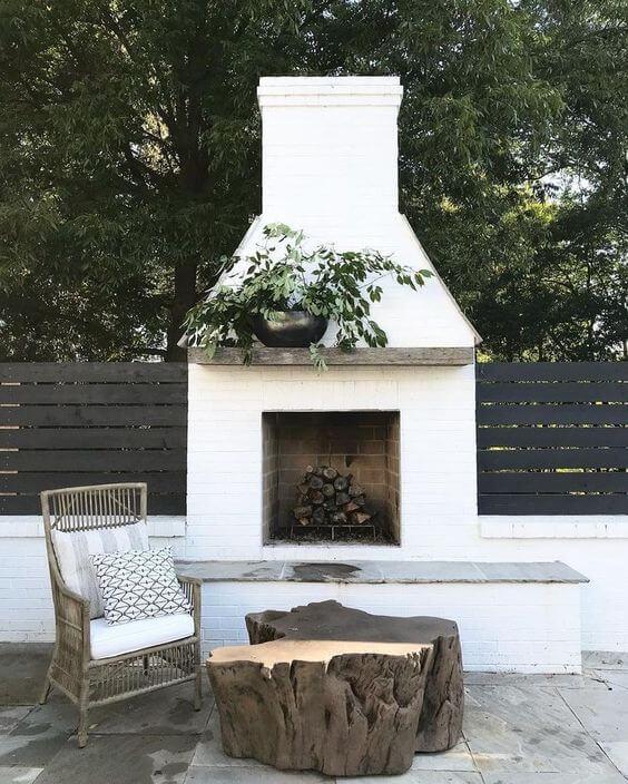 Lareira externa na casa moderna com chaminé