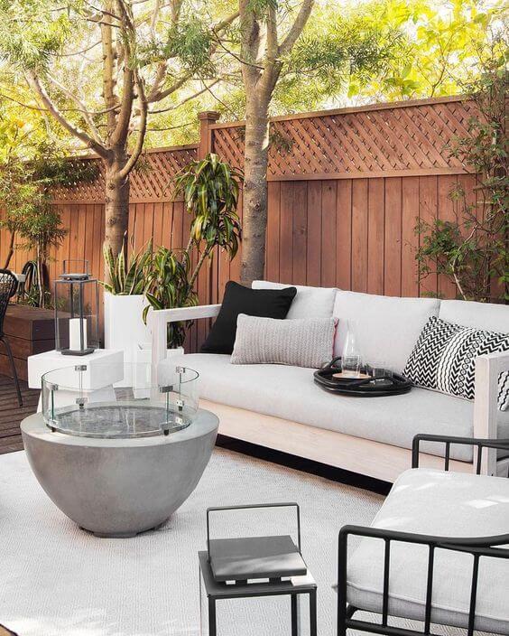 Lareira externa moderna no jardim de casa