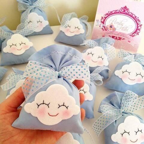 Lembrancinha de nuvem de feltro para festa de aniversário
