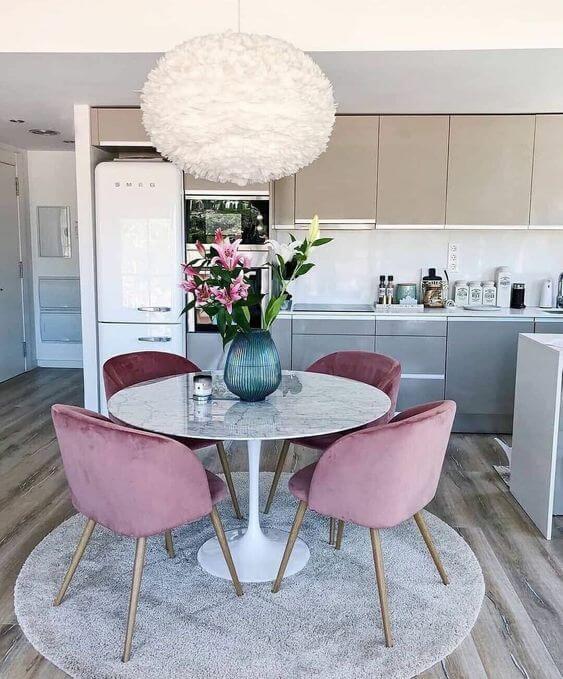 Cozinha completa com lustres modernos