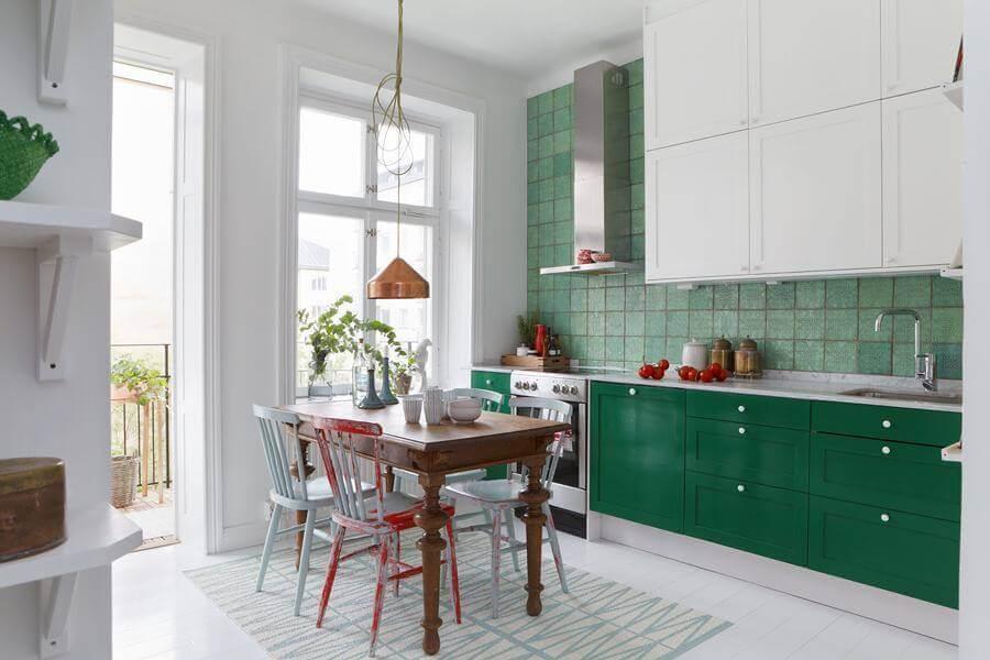 mesa de madeira com cadeiras coloridas para decoração de cozinha verde e branca Foto Archilovers