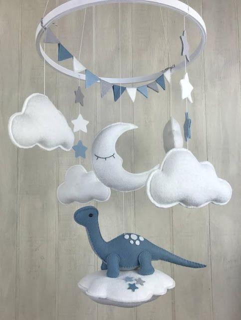 Mobile nuvem de feltro com dinossauro