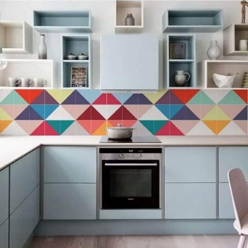 modelo colorido de faixa decorativa para cozinha planejada com vários nichos Foto Pinterest