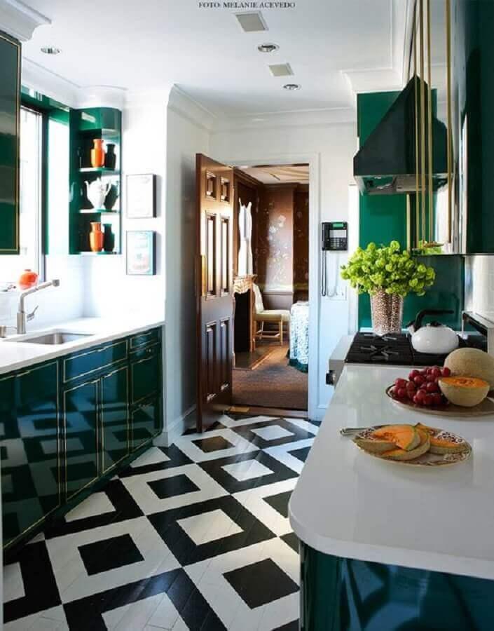 modelo de armário de cozinha verde escuro com detalhes dourados Foto Living Gazette