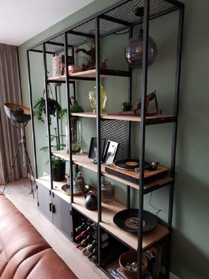 modelo de estante industrial preta com prateleiras de madeira Foto Pinterest