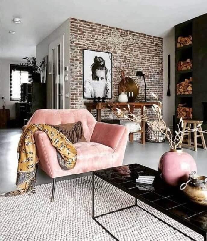 modelo rosa de poltrona para sala decorada com parede de tijolinho rústica Foto Pinterest