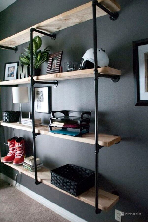 modelo simples de estante estilo industrial com prateleiras de madeira Foto Interior Fun