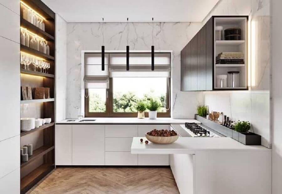 modelos de cozinha em U branca com prateleiras de madeira Foto Pinterest