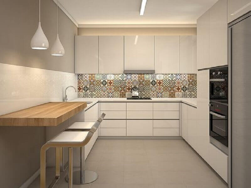modelos de cozinha em U decorada com ladrilho hidráulico e pendente branco Foto Homify
