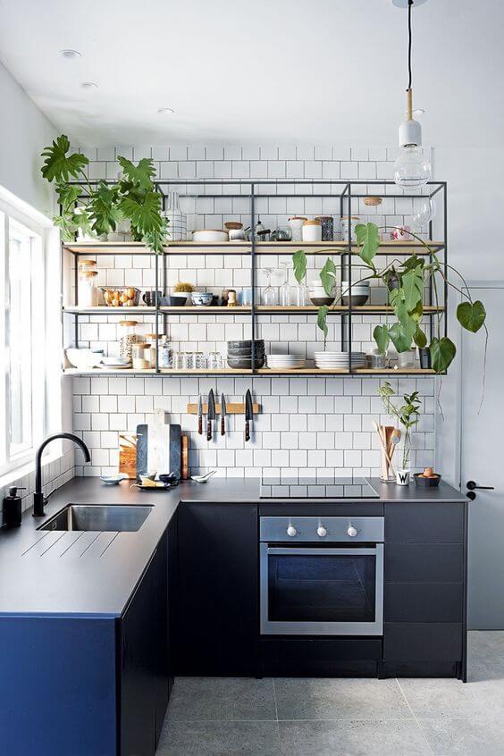 Cozinha completa com prateleiras