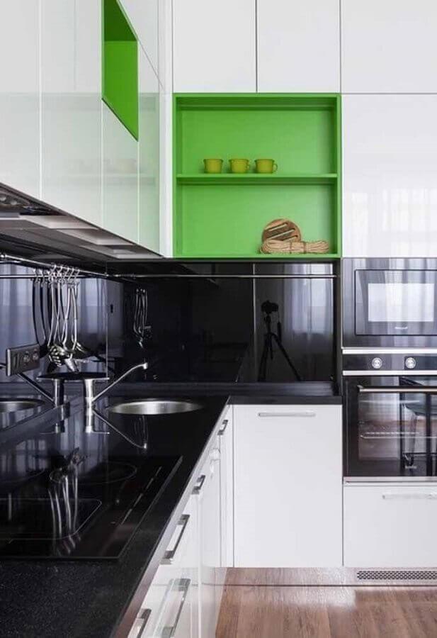 nichos verdes para decoração de cozinha planejada com armários brancos e bancada preta Foto Pinterest