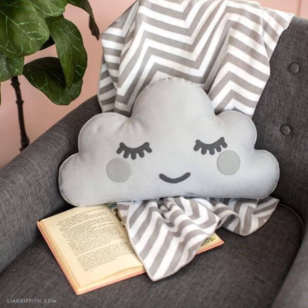 Faça almofadas confortáveis de nuvem de feltro para decorar seu quarto