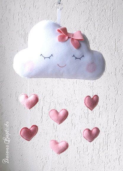 Mobile nuvem de feltro com corações cor de rosa