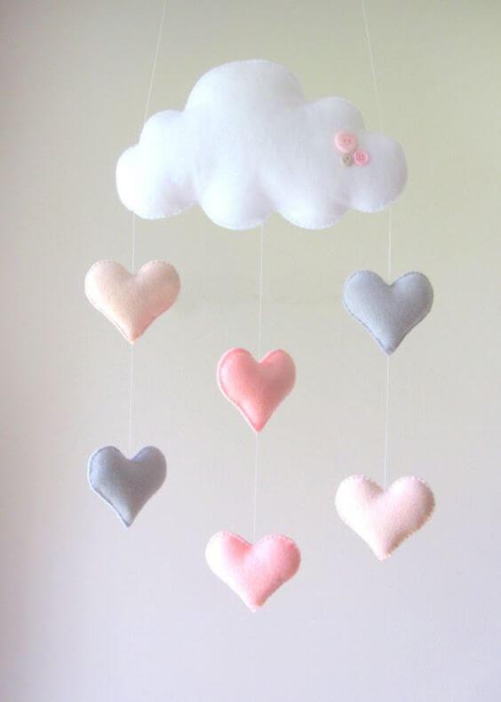Nuvem de feltro com coração no mobile para quarto de bebê