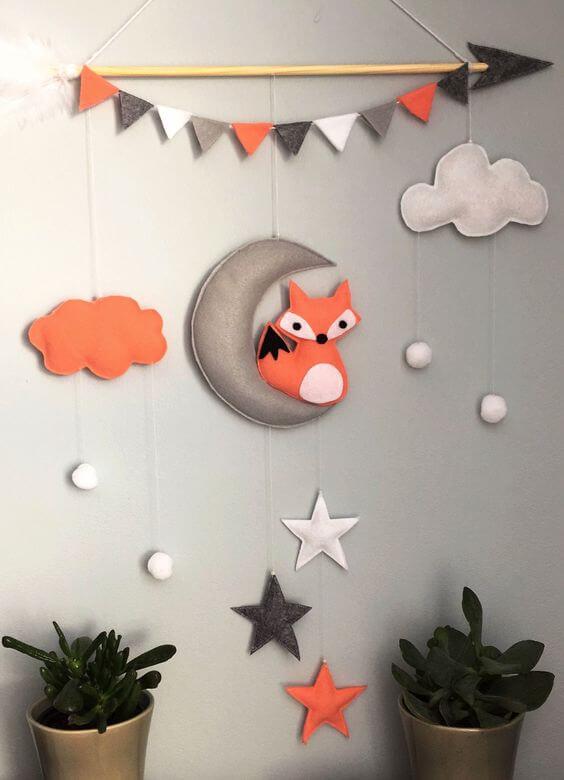 Decoração de quarto infantil com nuvem de feltro e estrelas