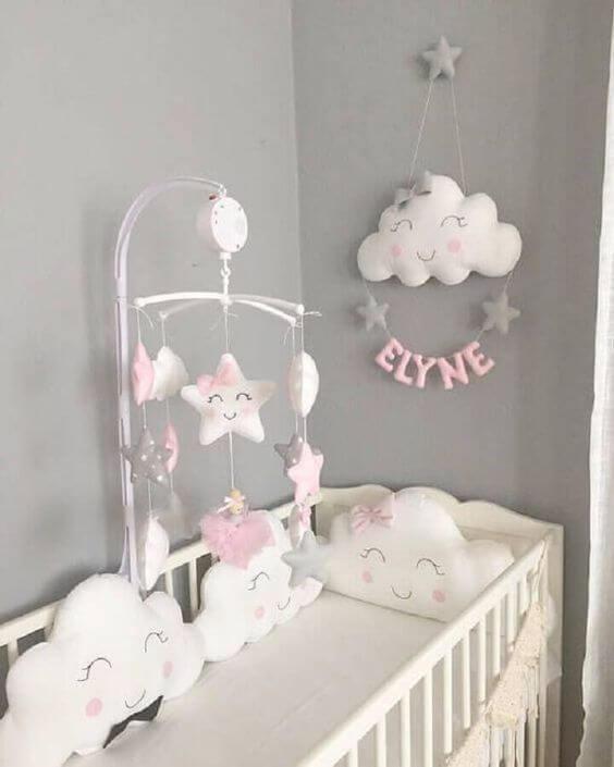 Nuvem de feltro no quarto de bebê temático