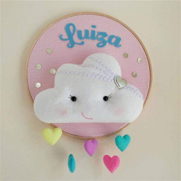 Nuvem de feltro com nome do bebê para colocar na porta