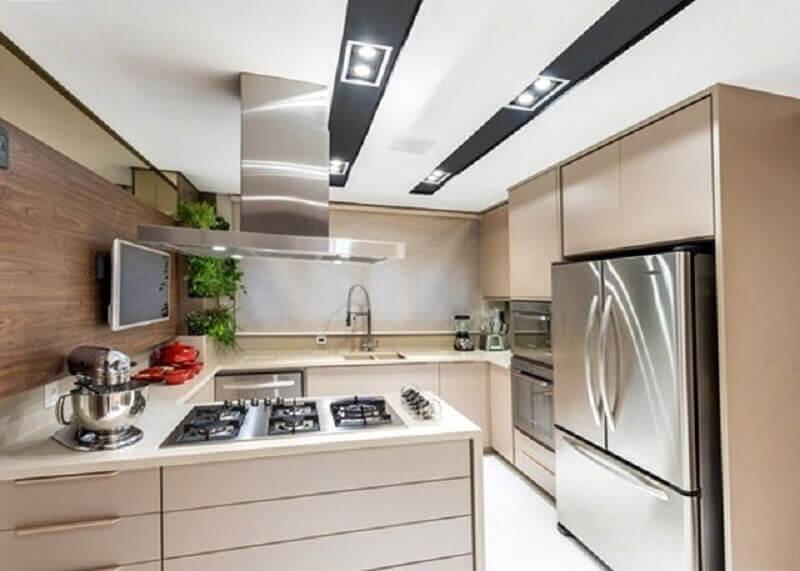 painel de madeira para cozinha em U decorada em tons neutros Foto Jeito de Casa