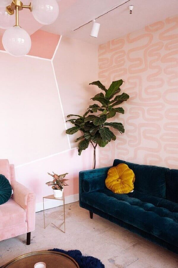papel de parede rosa pastel para sala decorada com sofá azul marinho Foto The Design Files