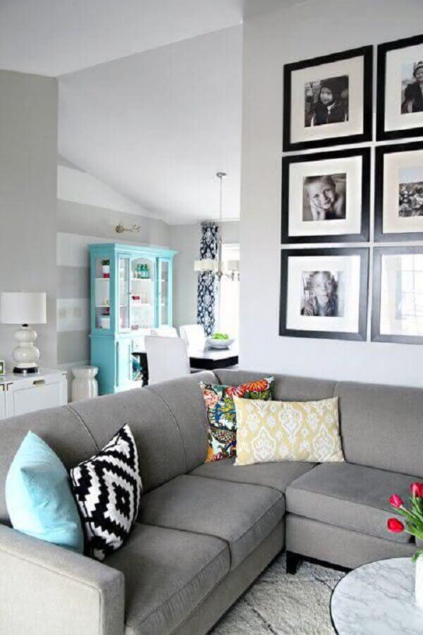 parede com quadros de fotografia para sala decorada com sofá de canto cinza Foto ArchZine