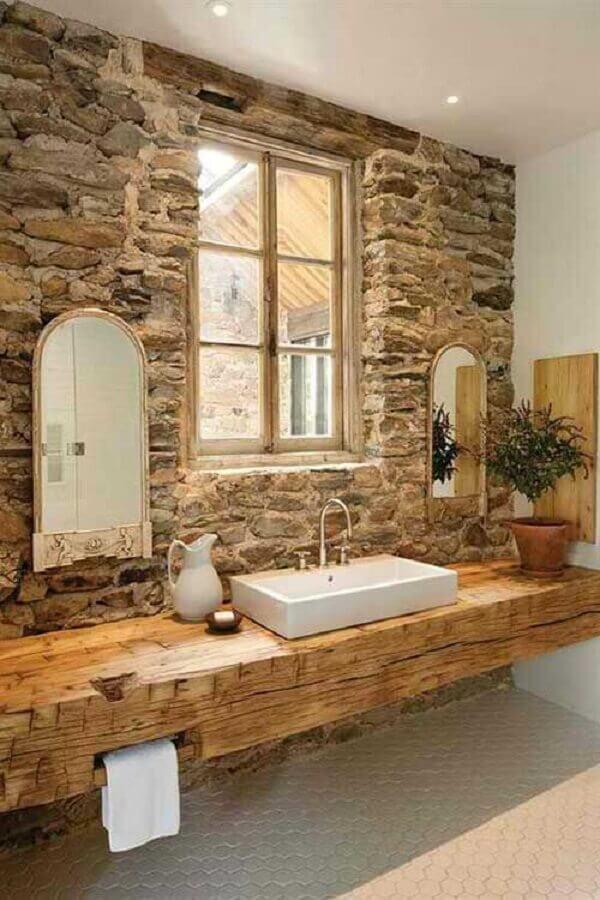 parede de pedra para decoração de banheiro rústico com bancada de madeira Foto Sua Decoração