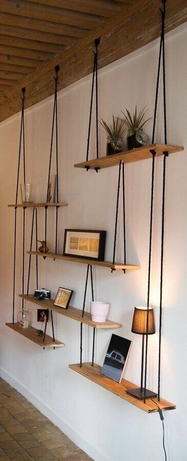 parede decorada com prateleira de madeira suspensa por corda Foto Pinterest